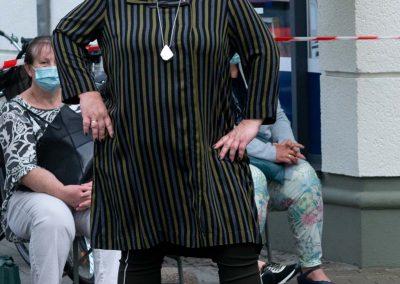 Gestreifte Viscose–Tunika mit Taschen – passende olivfarbene Stretchhose mit weißen Biesen